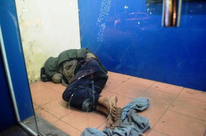 Một người đàn ông quá nghèo khổ ngủ trong buồng ATM trên khu vực bốt Hàng Đậu thậm chí còn không chăn chiếu