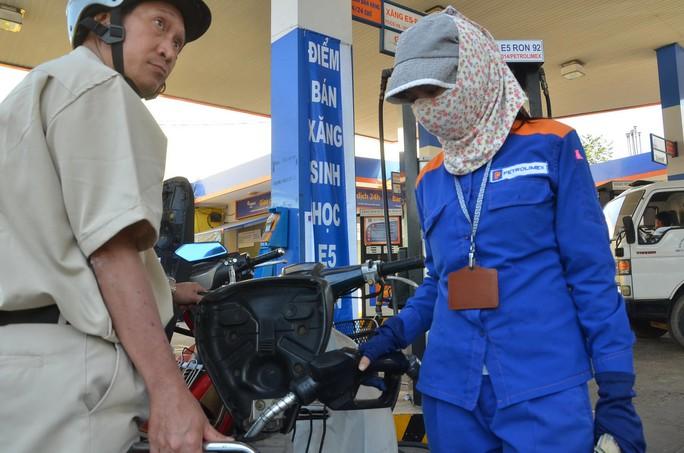 Tại TP HCM, nhiều cửa hàng xăng dầu đã bán xăng E5 nhưng số người chọn mua vẫn chưa nhiều Ảnh: TẤN THẠNH