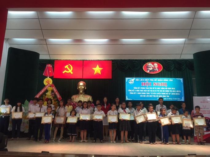 Trao học bổng cho học sinh nghèo, hiếu học