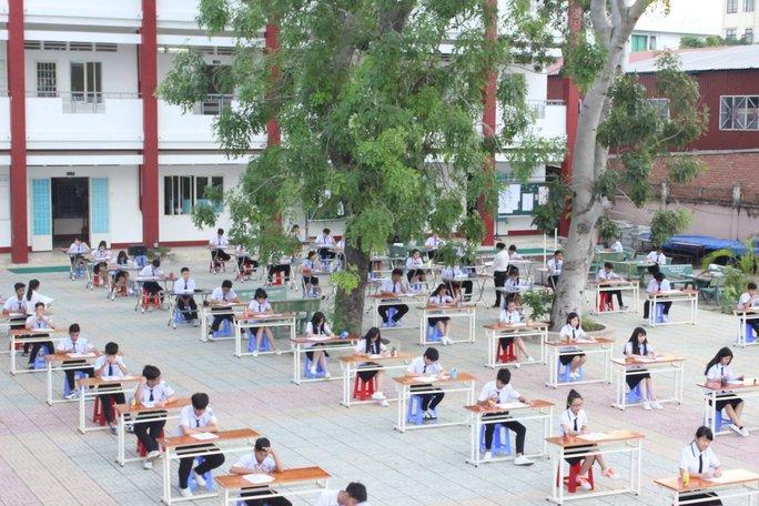 Hình thức tổ chức các đợt kiểm tra, thi cử toàn khối ở sân trường được trường THPT An Dương Vương tiến hành từ năm 2011 đến nay. (Ảnh: facebook)