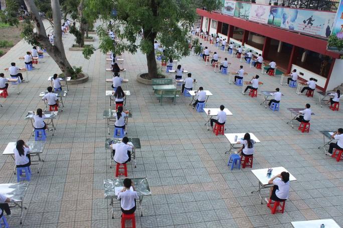 Theo đó, học sinh sẽ được xếp chỗ cách nhau khoảng 2m để tránh tình trạng trao đổi bài. (Ảnh: Facebook)