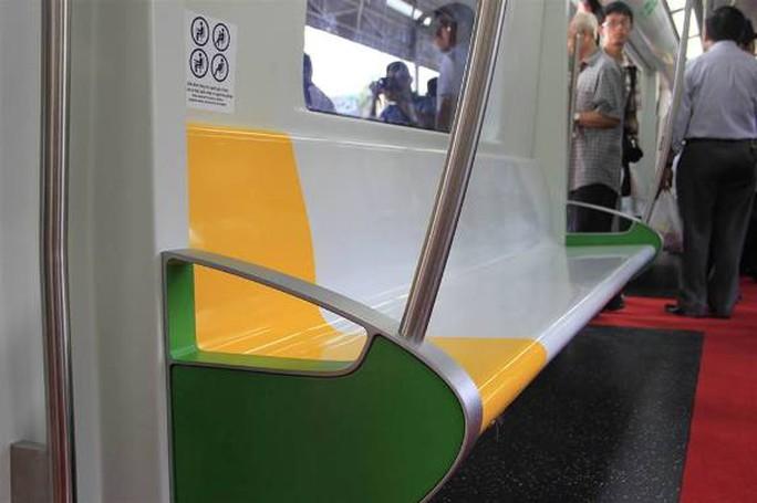 Mỗi toa bố trí 6 ghế dài, 2 hàng cột cong chạy dọc lối đi giúp hành khách đứng bám ổn định khi tàu đông