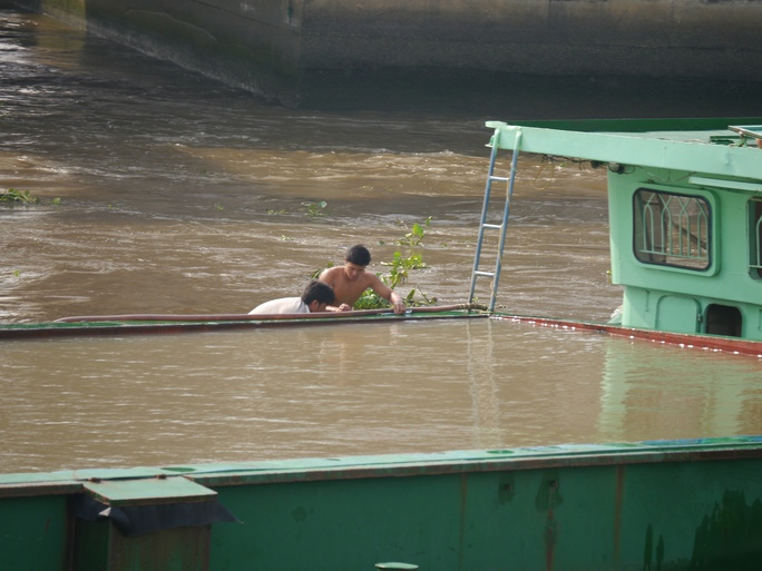 Để có thể chui lọt qua phần tĩnh không khá thấp, các tài công phải tích trữ một lượng nước khá lớn để dìm thuyền.