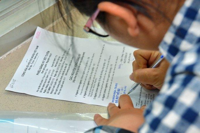 Thí sinh làm thủ tục rút hồ sơ ở một trường ĐH Ảnh: TẤN THẠNH