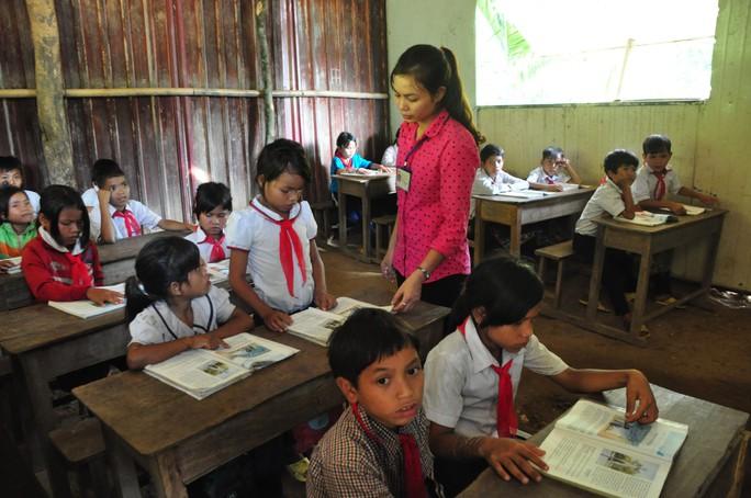 Cô giáo Phạm Thị Tuyết Nhung đang đứng lớp tại điểm Trường Tiểu học Trà Na, huyện Tây Trà, tỉnh Quảng Ngãi Ảnh: TỬ TRỰC