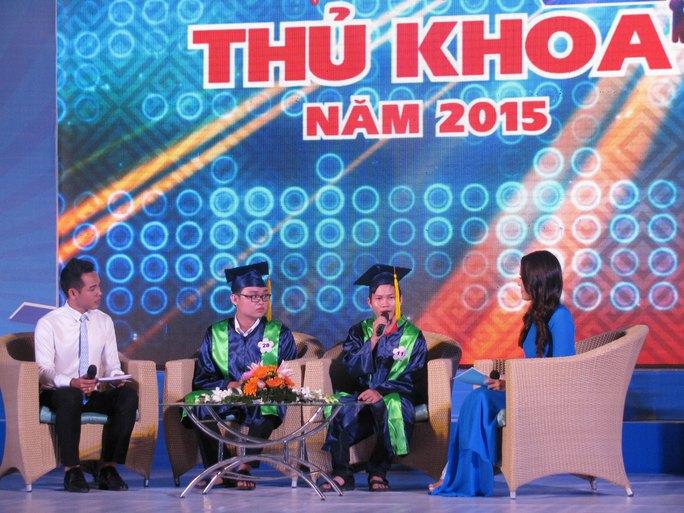 Sinh viên Nguyễn Thông và Kiều Quốc Sang chia sẻ tại buổi lễ