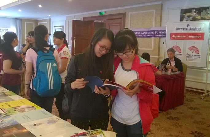 Sinh viên tìm hiểu thông tin về du học Nhật Bản