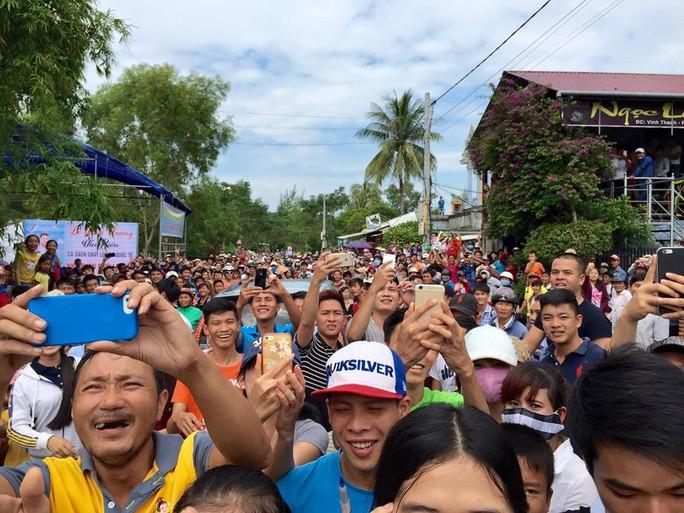 Nhiều người đổ ra đường để thấy tận mặt Đàm Vĩnh Hưng