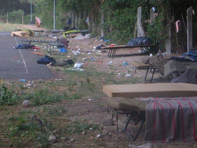 Nhiều người tị nạn nói rằng họ không biết bỏ rác ở đâu. Ảnh: RT