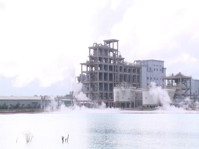 Người dân cho rằng nhà máy sô đa là nguyên nhân gây ô nhiễm khiến cá chết Ảnh: Đỗ Vinh