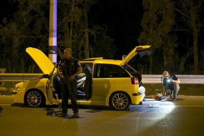 Chiếc xe mà người đàn ông Israel gốc Ả Rập đâm vào trạm xe buýt hôm 11-10. Ảnh: Reuters