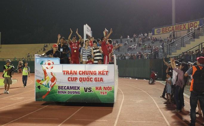 Các cầu thủ Becamex Bình Dương lên xe ăn mừng vòng quanh sân vận động