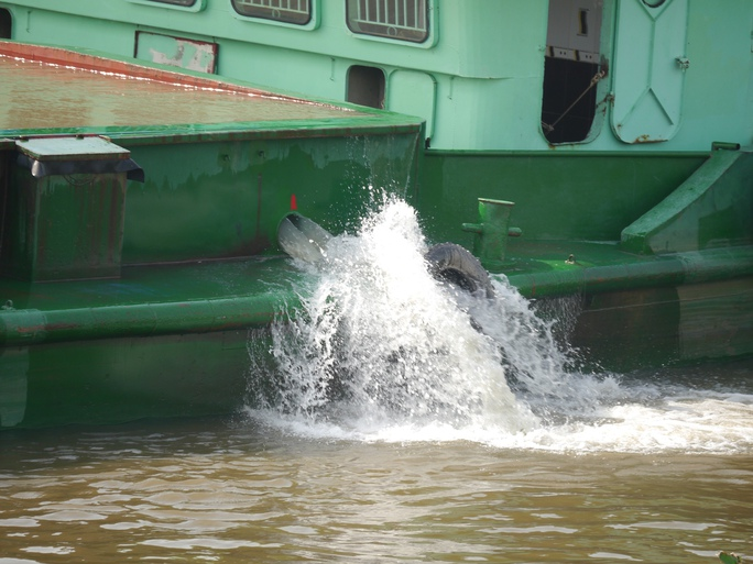 Sau khi vượt khó thành công, lượng nước trên sẽ được xả ra để tiếp tục hành trình.