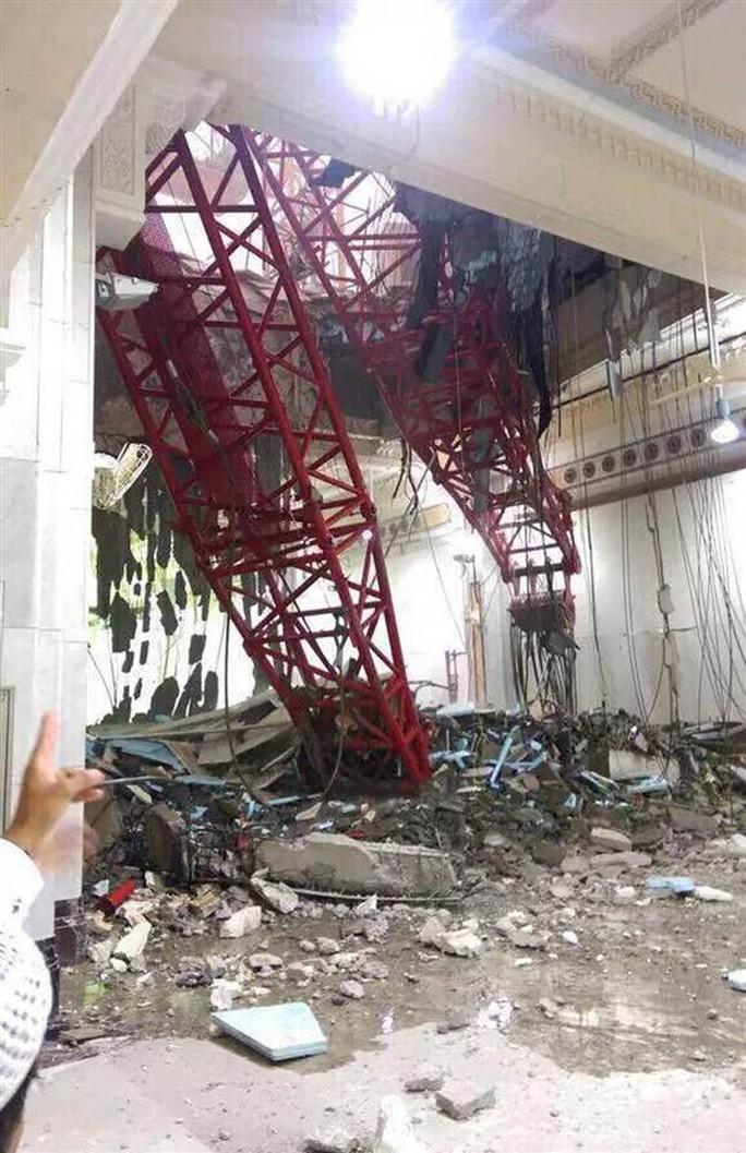 Chiếc cần cẩu rơi thủng trần Nhà thờ Lớn ở Mecca. Ảnh: EPA