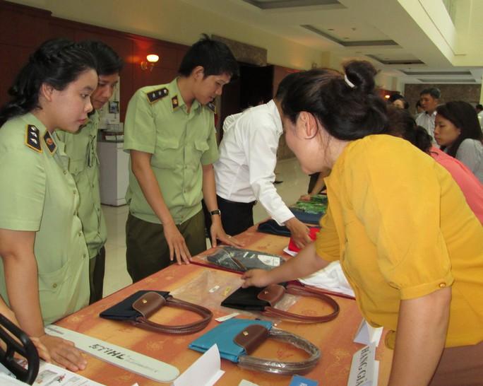 Cơ quan chức năng trưng bày hàng giả để người tiêu dùng phân biệt