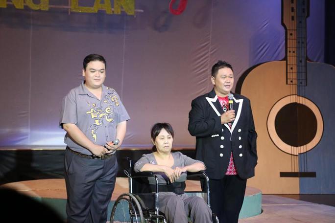 Nghệ sĩ Hoàng Lan nói lời cảm ơn trong đêm nhạc quyên góp hỗ trợ bà.