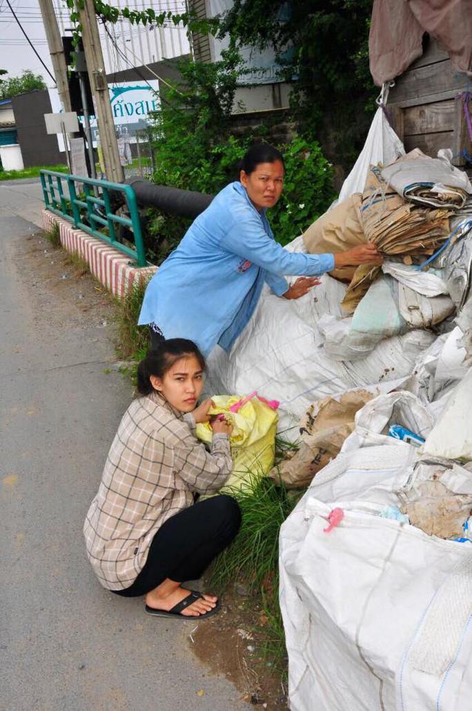 Cô vẫn thường phụ mẹ nhặt, phân loại rác
