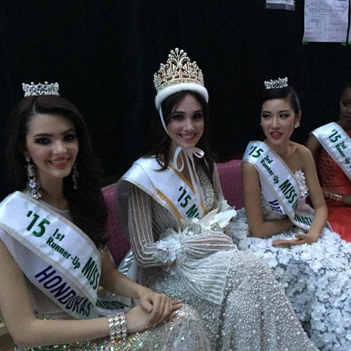 Đại diện Venezuela (giữa) đoạt vương miện Hoa hậu. Bên trái cô là Á hậu 1, bên phải là Á hậu 3 Thúy Vân, ngoài cùng bên phải là Á hậu 2