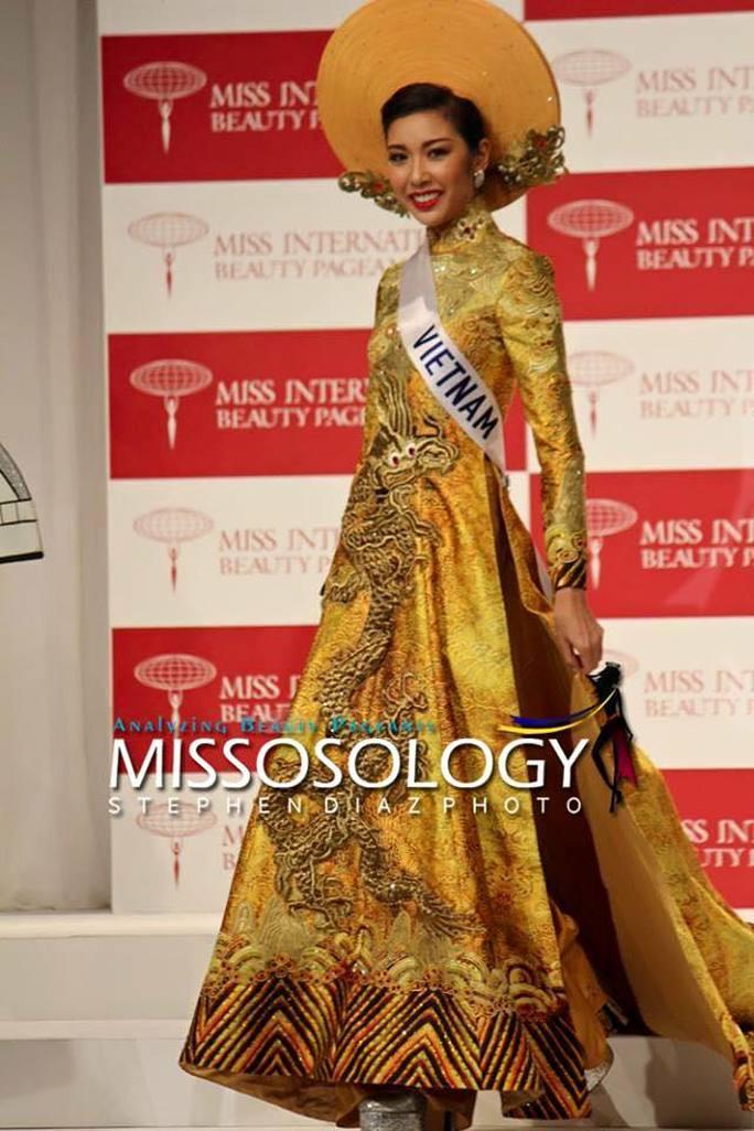 Thúy Vân giới thiệu trang phục áo dài dân tộc tại cuộc thi
