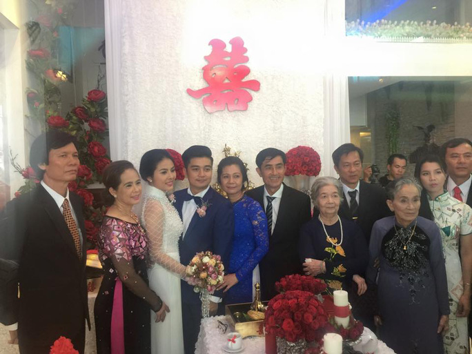 Cô dâu, chủ rể và gia đình hai bên