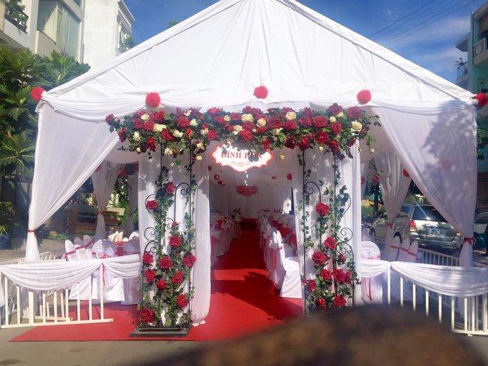 Khung cảnh bên ngoài lễ đính hôn