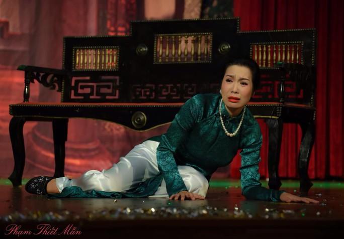 Trịnh Kim Chi trong một vở kịch diễn tại sân khấu