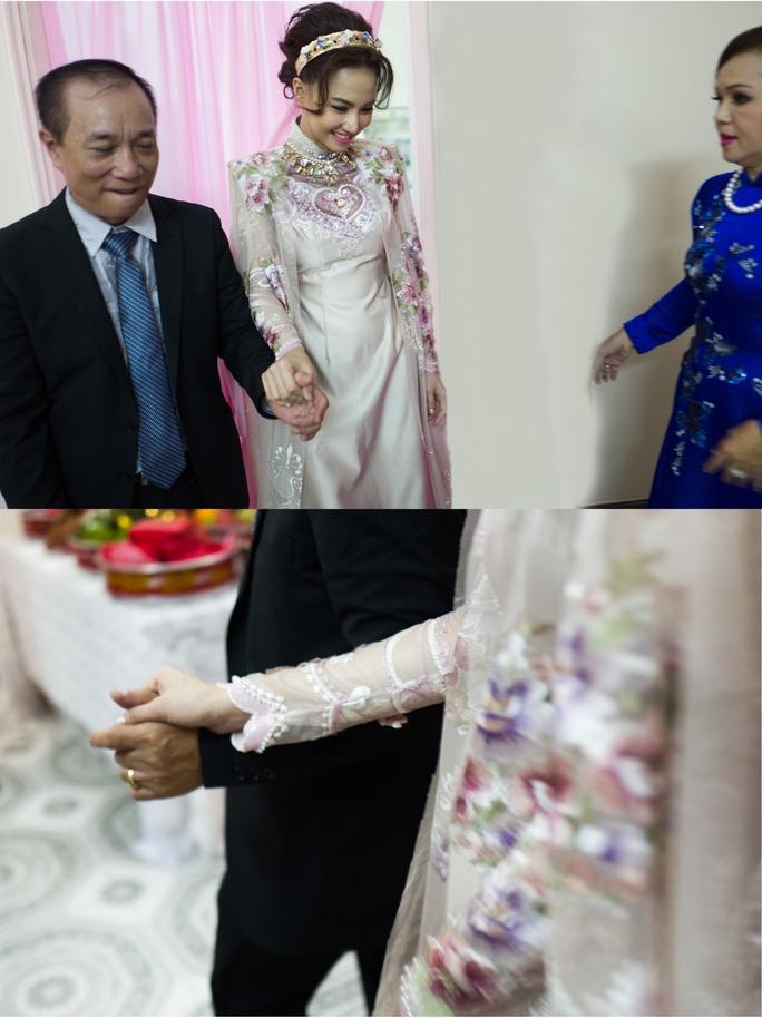 Đinh Ngọc Diệp rạng rỡ trong lễ đính hôn với Victor Vũ