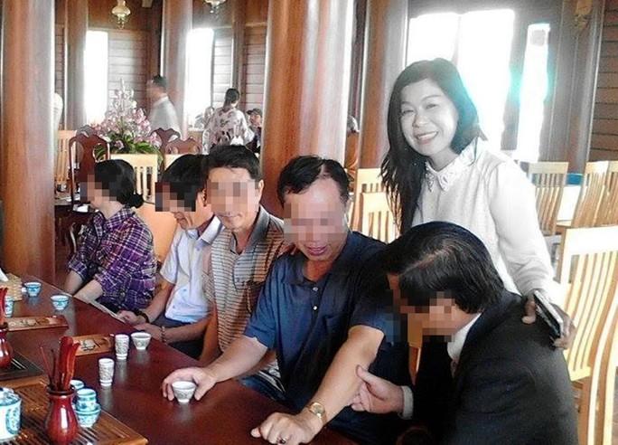 Bà Hà Thúy Linh trong một lần mời trà khách. (Ảnh từ trang cá nhân của bà Linh)
