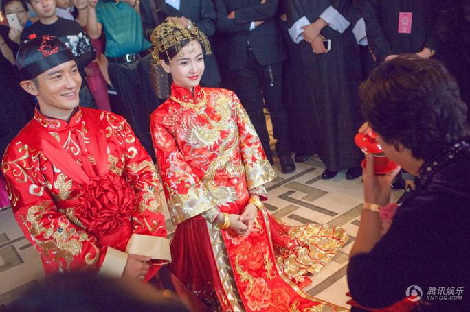 Cô dâu, chú rể trong lễ cưới sáng 8-10, cả hai mặc trang phục truyền thống, dâng trà