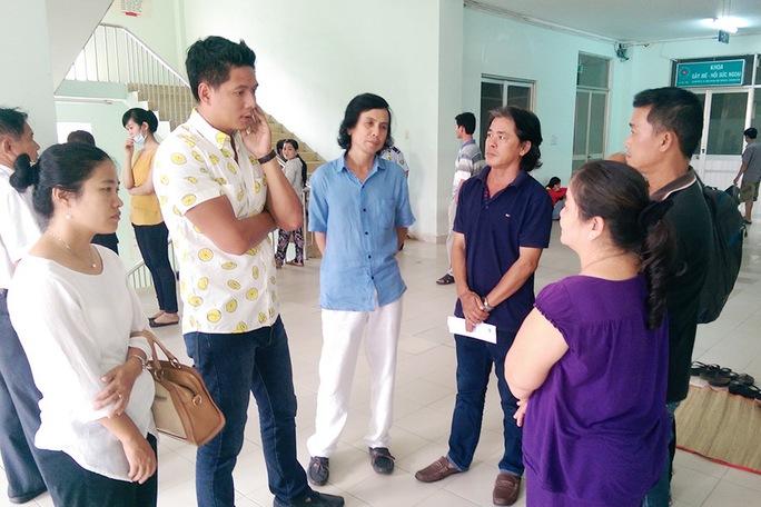 Bình Minh nói chuyện cùng người nhà diễn viên Nguyễn Hoàng