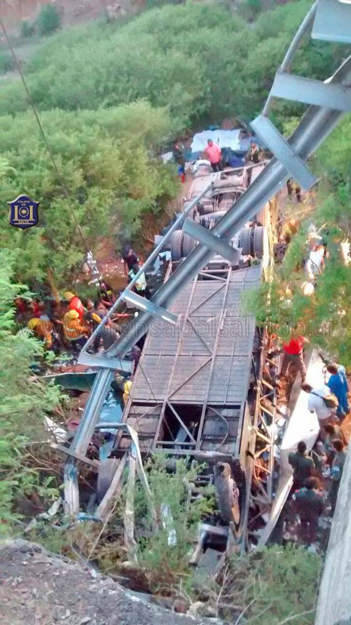 Chiếc xe rơi thẳng xuống lòng sông. Ảnh: NBC
