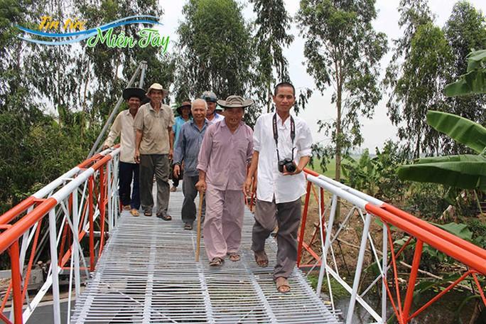Niềm vui của Ba Đạt (bìa phải) và người dân địa phương khi cầu hoàn thành