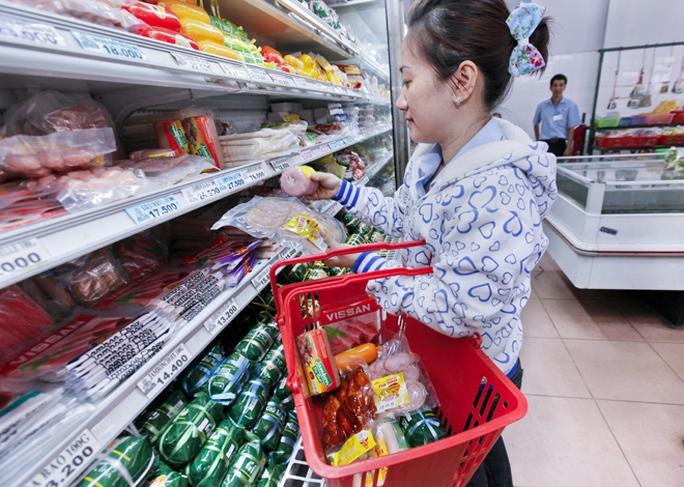 Người tiêu dùng mua thực phẩm tại siêu thị