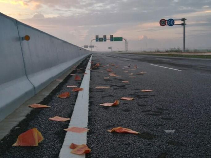 Vàng mã từ những đám tang rải đầy trên đường cao tốc Hà Nội - Hải Phòng