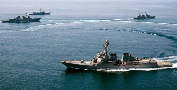 Tàu USS Lassen tham gia một cuộc tập trận hồi tháng 5-2015 Ảnh: EPA