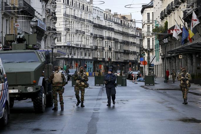 Binh sĩ tuần tra trên đường phố ở thủ đô Brussels - Bỉ ngày 22-11Ảnh: Reuters