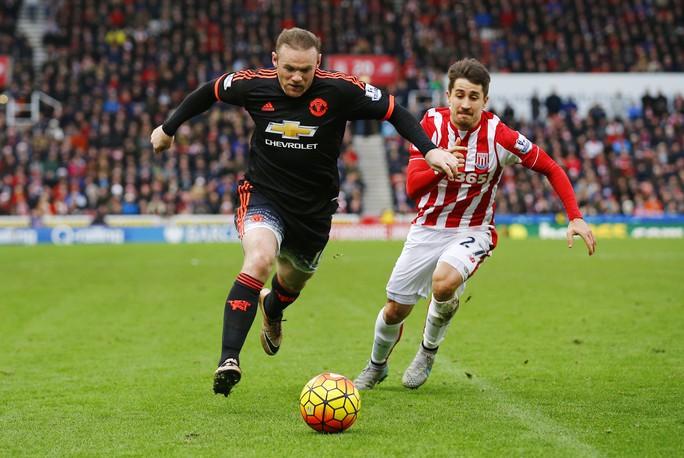 Wayne Rooney (trái) là người liên tục lên tiếng bảo vệ Van Gaal nhưng lại phải ngồi dự bị ở trận thua 0-2 trước Stoke City Ảnh: REUTERS