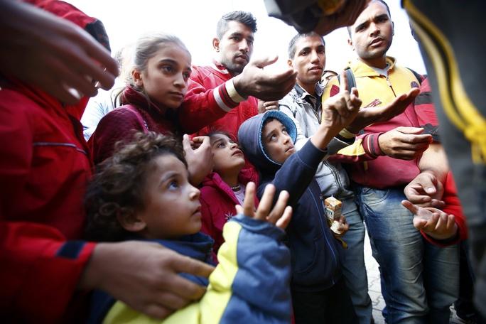 Người di cư được phân phối thực phẩm khi chờ xe lửa đến Áo và Đức tại nhà ga ở Hegyeshalom - Hungary hôm 7-9 Ảnh: REUTERS
