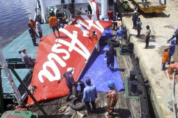 Một mảnh vỡ của chiếc AirAsia QZ8501 được tìm thấy Ảnh: REUTERS