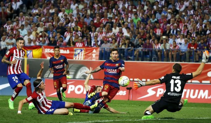 Messi trong pha ghi bàn quyết định vào lưới Atletico Madrid Ảnh: REUTERS
