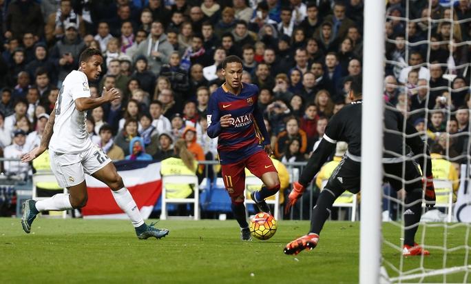 Neymar (giữa) đáp ứng kỳ vọng với 1 bàn thắng và 1 pha kiến tạo trong trận đại thắng của Barcelona Ảnh: REUTERS