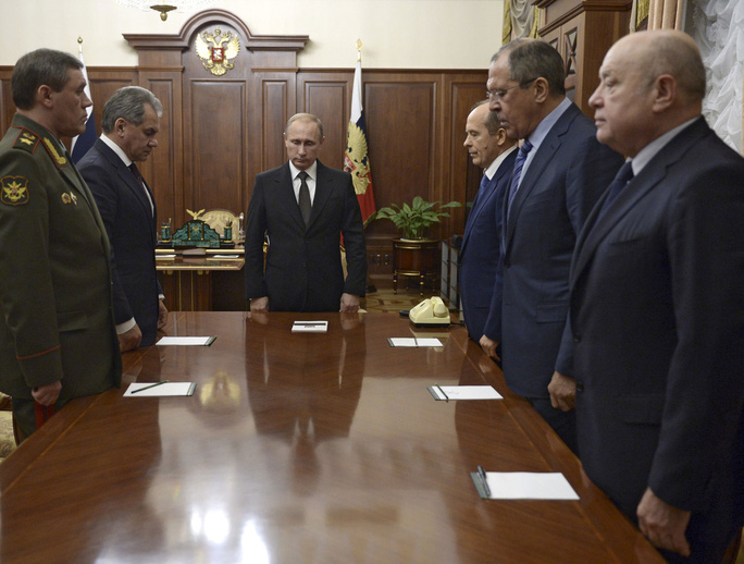 Tổng thống Nga Putin và giới chức an ninh dành một phút mặc niệm cho các nạn nhân vụ rơi máy bay tại Ai Cập trước cuộc họp ở điện Kremlin hôm 17-11 Ảnh: REUTERS