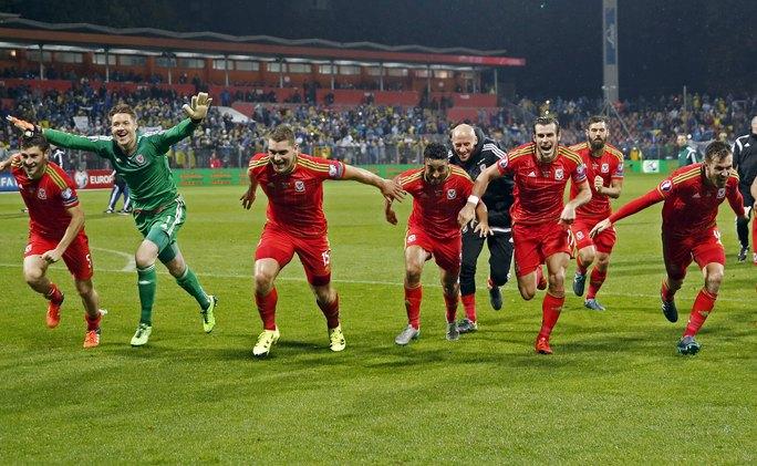 Các cầu thủ Xứ Wales ăn mừng sau khi chính thức giành vé dự VCK Euro 2016 Ảnh: REUTERS