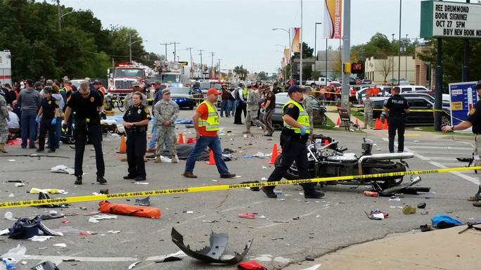 Hiện trường hỗn loạn sau vụ tai nạn. Ảnh: AP