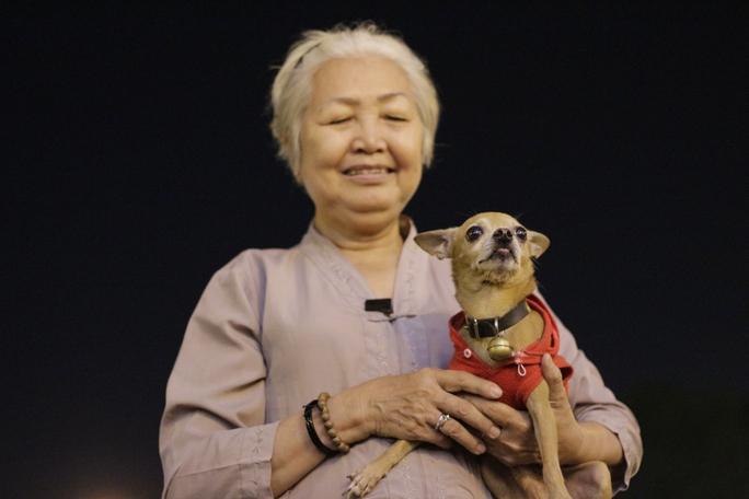 Bà Lan (51 tuổi, ngụ quận 1) mang chú chó cưng của mình đi đón Noel sớm.