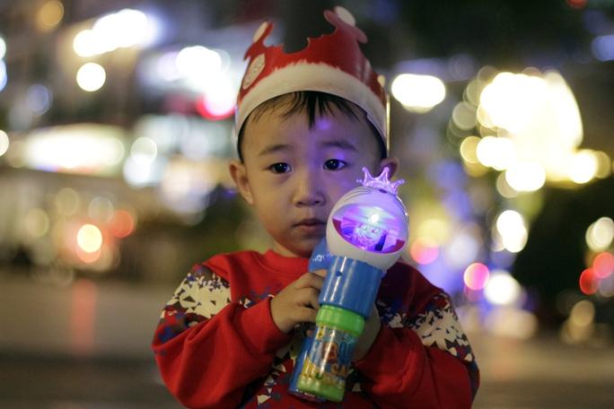 Bé Thạnh An (2 tuổi) vừa được mẹ sắm cho đồ chơi và quần áo ông già Noel.