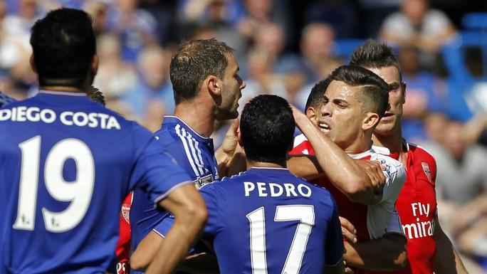 Costa gây hấn với Paulista khiến hậu vệ Arsenal nổi nóng và trả đũa