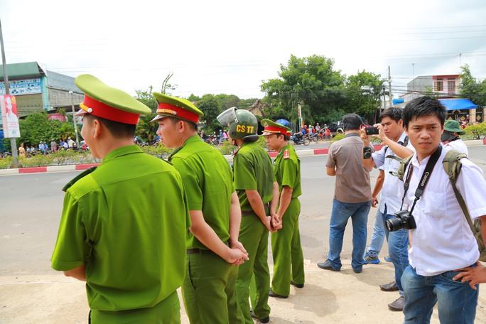 Công an bảo vệ hiện trường vụ thảm sát, các phóng viên túc trực theo dõi