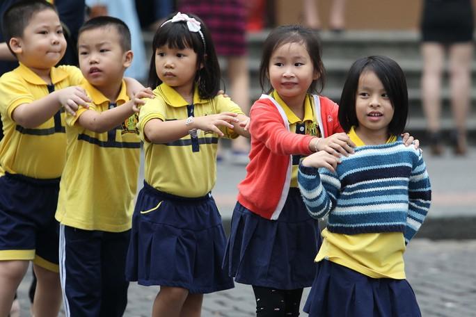 Sáng sớm, nhiều em nhỏ khi đến trường phải mặc thêm áo khoác
