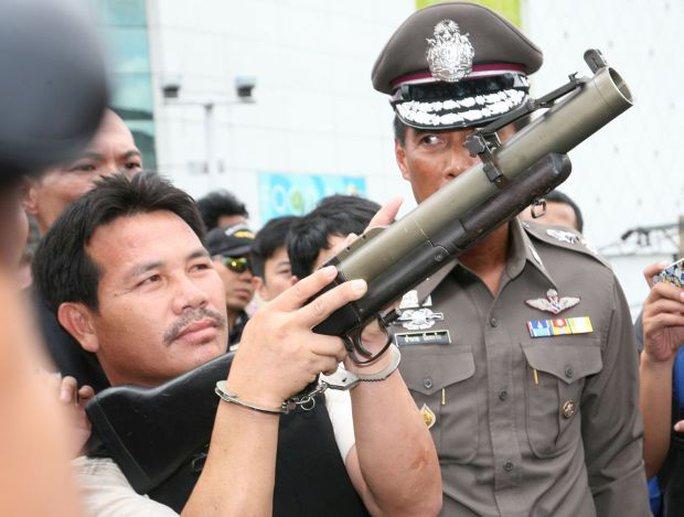 Một trong 4 nghi phạm thực nghiệm hiện trường vụ phóng lựu đạn. Ảnh: Bangkok Post